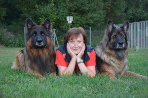 Maria mit 2 Hunden